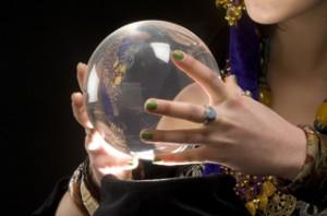 水晶占いは透明な水晶玉から悩みや未来を読み取る